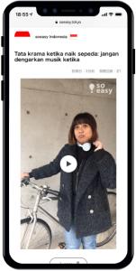 インドネシア語で、ヘッドフォンを装着して自転車に乗ってはいけないことを説明している動画イメージ